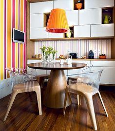 Jantar com os filhos, e se possível almoçar, é prioridade para a engenheira Fernanda Silvestrini. Em seu apartamento, o espaço, de 2,90 x 2,60 m, virou copa, projeto do escritório KTA. A mesa redonda, com pé central, colabora com a circulação