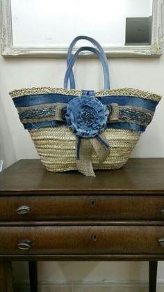 Capazo forrado con tejano reciclado Decorado con tejano Alpillera y pedreria Basket Liners, Summer Bags, Denim Bag, Fabric Bags, Diy Bags, Blue Jeans, Straw Bag, Baskets, Crochet Purses