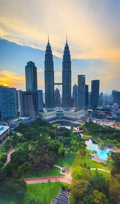 You have only 1 day in Kuala Lumpur? This itinerary includes the best sights and things to do in Kuala Lumpur. Enjoy Malaysia's capital in 24 hours! Malaysia Truly Asia, Malaysia Travel, Asia Travel, Wanderlust Travel, Kuala Lumpur Travel, Kuala Lumpur City, Travel Around The World, Around The Worlds, Petronas Towers
