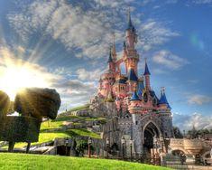 Tutte le informazioni per raggiungere e visitare Disneyland Paris, orari, prezzi e come arrivare dagli aeroporti o dal centro di Parigi.