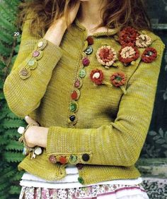 super green upcycle sweater with crochet flowers Knitting Projects, Knitting Patterns, Crochet Patterns, Look Boho, Altered Couture, Mode Inspiration, Crochet Clothes, Refashion, Knitwear
