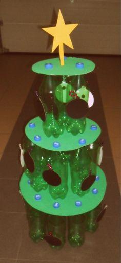 Kerstboom gemaakt van petflessen. Kerstballen kunnen eraf gehaald worden, kleuters kunnen erop tekenen met krijt.