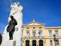 Palencia - Monumento a Pedro Berruguete con el Ayuntamiento al fondo.