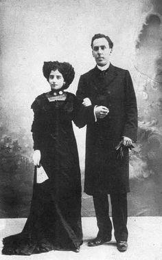 En esta foto podemos observar a Antonio Machado con su mujer Leonor cuya felicidad duró a penas 3 años, por culpa de una grave enfermedad pulmonar de Leonor que acabó con ella en agosto de 1912.