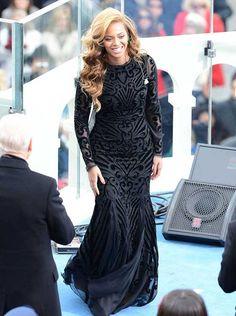La coppia tanto amata è davvero glamour: lui indossa un vestito Tom Ford grigio mentre lei, più affascinante che mai, indossa, sotto un cappotto Dior di pelliccia nero, un abito di velluto nero e chiffon di perline a manica lunga di Emilio Pucci.  Leggi tutto: http://www.leichic.it/moda-donna/beyonce-per-obama-in-abito-emilio-pucci-ha-cantato-in-playback-29542.html