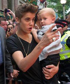 Justin Bieber con su hermano Jaxon en los premios MuchMusic Video 2012 #singer #people #celebrities