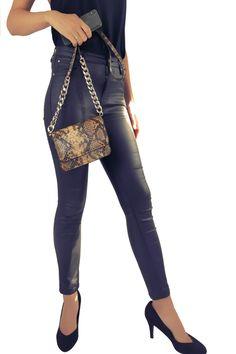 Mode Safari, Capri Pants, Fashion, Pouch, Bags, Moda, Capri Trousers, Fashion Styles, Fashion Illustrations