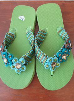 Sandalia bordada y adornos de flores tejidas..
