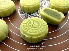Snow skin mooncake has a soft and slightly chewy texture which is quite similar to mochi, it is best served chilled. This Matcha rich snow skin mooncake is a must-try recipe for Matcha lovers. Asian Snacks, Asian Desserts, No Cook Desserts, Chinese Desserts, Green Tea Dessert, Dessert Drinks, Green Tea Mochi, New Dessert Recipe, Dessert Recipes