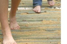 Iedereen weet hoe heerlijk het voelt om met je blote voeten een strandwandeling te maken, te lopen door zonverwarmd gras of om de voetjes met een lekker modderbad eens goed te verwennen. Geef je voeten de vrijheid en beleef al deze prikkels op één en dezelfde dag tijdens het blote voeten wandelen in het Blote VoetenPark Brunssum. Laat je voeten masseren door de natuur!    Tip: Vraag ook eens naar de spannende 'Keltische Fakkeltochten', kinderactiviteiten en andere groepsarrangementen.