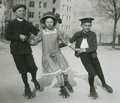 Berlin, 1910 old pictures viejas fotos de niños kids jugando play infancia patines inocencia tres 3 three
