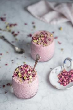 A wickedly creamy chia pudding kissed with rosewater and cardamom its sweet elegant and pretty to boot! The post Creamy Cadamom Rose Chia Pudding appeared first on Dessert Factory. Indian Desserts, Köstliche Desserts, Delicious Desserts, Yummy Food, Dessert Healthy, Persian Desserts, Lebanese Desserts, Diabetic Desserts, Chia Recipe