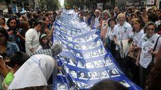 """40 años del golpe: se espera la marcha más importante de la historia. En el día nacional de la """"Memoria por la Verdad y la Justicia"""", los organismos de DDHH junto a organizaciones sociales y políticas marcharán en todo el país, con epicentro en Ciudad de Buenos Aires. Será una marcha especial, en el marco de la llegada del presidente de Estados Unidos, Barack Obama, y con Mauricio Macri en Casa Rosada.  La marcha se hizo el 24 de marzo de 2016 y había una multitud incalculable."""