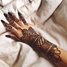 If you want to try and draw your own henna, you don't have to be creative. Just get inspired by these amazing henna designs and patterns: Henna Tattoos, Henna Mehndi, Henna Tattoo Hand, Henna Body Art, Mehendi, Mandala Tattoo, Tattoo Art, Tribal Henna, Wrist Henna