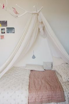 tree branch bed canopy ~ what a sweet idea.room decorating soon Dream Bedroom, Home Bedroom, Girls Bedroom, Bedroom Decor, Design Bedroom, Deco Cool, Deco Kids, Home Decoracion, Little Girl Rooms
