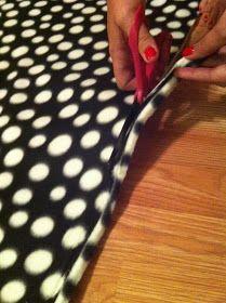 Nest and Nibble: Easy No-Sew Fleece Tie Blanket Tutorial Fleece Crafts, Yarn Crafts, Sewing Crafts, Diy Crafts, Diy Throw Blankets, Fleece Tie Blankets, Baby Blankets, Diy Craft Projects, Sewing Projects