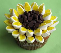 Marshmallows, yellow sugar and chocolate chips artfully arranged to create these cheery sunflower cupcakes. Marshmallow Flowers, Marshmallow Cupcakes, Easter Cupcakes, Cupcake Frosting, Mini Marshmallows, Cute Cupcakes, Cupcake Cakes, Marshmellow Ideas, Frosting Flowers