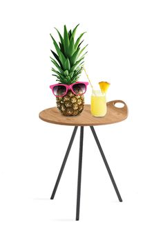 """Venjakob Möbel hat gute Laune und singt: """"Yes, I like Pina Coladas, and getting caught in the rain, I'm not much into health food, I'm not into champagne""""! Happy summertime everybody - mit dem Beistelltisch 4003 und kühlen Drinks! Summertime, Champagne, Rain, Drinks, Health, Happy, Table, Design, Furniture"""