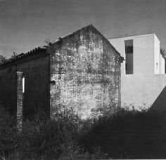 Alvaro Siza, Casa Avelino Duarte, Situated on a long rectangular plot of land, the house is divided up into three floors along the lines of Loos's Raumolan. Alvar Aalto, Digital Image, Restoration, Art Photography, Paradise, Backyard, Abstract, House Styles, 1980