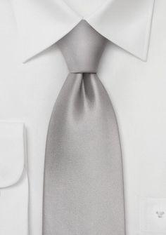 Gravata de seda cor lisa prata Esta elegante gravata de cor lisa prata é uma escolha perfeita para qualquer evento formal. Ela combina bem com branco, assim como camisas pretas. http://www.gravata.org/gravata-prata-p-12457.html