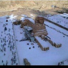 Egipto, hace 112 años que no había nevado. Impresionante foto que está recorriendo el mundo.