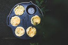 Rezept: Herzhafte Blätterteig-Muffins im Dutch Oven // Als ich die Muffin-Form von Petromax zum ersten Mal sah, war klar: Die muss ich haben. Das erste Rezept waren Apfelmuffins. Jetzt wollte ich gerne etwas Herzhaftes probieren: herzhafte Blätterteig-Muffins aus dem Dutch Oven. Super lecker…
