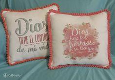 Almohadones con frases y pompones de colores. #Dios #Versículos