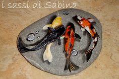Pesci dipinti su sasso di mare