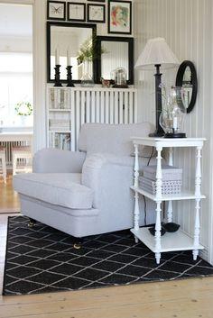 Wit huis met witte versiering