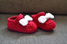 Knotty Knotty Crochet: Minnie Little Mouse hat, shoes and skirt set FREE PATTERN..I just made these for my neighbour. Black bottom,red main color and glitter white bow. So adorable. I love the pattern,so easy to follow.