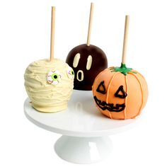 A Masterpiece Gourmet Creation! Our Delicious hand-dipped and scrumptious 3 Paradise Caramel Apples Gift. Our Granny Smith gourmet apples are covered in delicious caramel and Belgian chocolate. It's truly an intimate chocolate experience. Halloween Candy Apples, Halloween Baking, Halloween Chocolate, Theme Halloween, Halloween Food For Party, Halloween Treats, Halloween Ideias, Halloween 2018, Halloween Kids