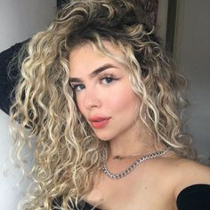 Highlights Curly Hair, Blonde Curly Hair, Blonde Hair Looks, Long Wavy Hair, Curly Hair Tips, Blue Hair, Curly Hair Styles, Hair Color For Women, Permed Hairstyles