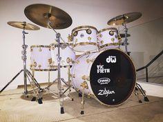 Another kit pic  #dwdrums #zildjian #vicfirth #evansdrumheads #24kgoldhardware #whitesparkle #snow #whiteglass #drumporn #drums #drumming #drummers #drumsoutlet #drumpics #instadrums #drumuniversity #funk #music #studio #practiceroom @dwdrums @zildjiancompany @evansdrumheads @vicfirth @drumsoutlet @drummersclub @drumuniversity @drumgearpics @dr_um_po_rn by leonkechayas
