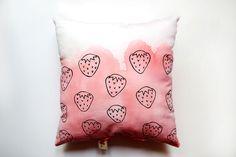 Handgefertigtes Kissen mit illustrierten Erdbeeren, Batik / hand coloured cushion with strawberry illustration made by Paperillu via DaWanda.com