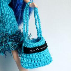 """Tyrkysová kabelka pro Barbie Háčkovaná kabelka z tyrkysové příze s nášivkou """"Robinson"""". Hodí se nejen pro Barbie, Monster High, Moxie Girlz, Winx..."""