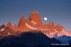 Vista del macizo del Fitz Roy y Cerro Torre. El mágico momento, mientras se ponía la luna y aparecían los primeros rayos del sol, tardó apen...