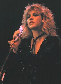 Stevie Nicks ~ Fleetwood Mac performs at the US Festival in San Bernardino - September 1982 Buckingham Nicks, Lindsey Buckingham, Stephanie Lynn, Stevie Nicks Fleetwood Mac, Look Vintage, Vintage Stuff, Janis Joplin, Pretty People, Beautiful People