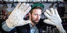Tom Bieling, UdK- Doktorand, stellt den Lorm-Handschuh in den Räumen der Universität vor.