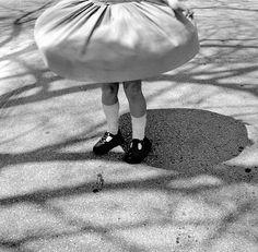 Girando, girando, para que la falda se inflara como las de las princesas ... :-)