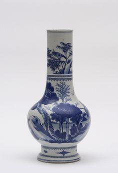 Vase à long col à décor bleu sous couverte de paysage, oiseaux parmi les bambous et personnages sur embarcation. CHINE XIXe siècle  Marqué à la feuille sous la base  H: 46.0 cm Adjugé: 3600 €