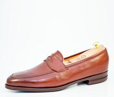 Slipper: Bekannt ist diese Schuhform auch unter dem Namen Loafer. Der Slipper kam in den 30 er Jahren in Amerika in Mode und ist dort zur Geschäftskleidung akzeptiert, während er in Europa eher zur legeren Freizeitkleidung getragen wird. Stilistisches Vorbild des Slippers ist der indianische Mokassin  | Vickermann & Stoya Maßschuhe - Schuhmacher, Schuhreparaturen, Schuhmanufaktur
