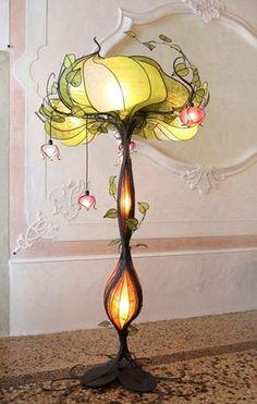 Art Nouveau - Esse estilo é inspirado principalmente por formas e estruturas naturais, não somente em flores e plantas, mas também em linhas e curvas.