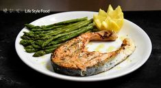 Chargrilled Salmon with Asparagus recipe. A delicious meal with a high nutritional value and few calories. Both, salmon and asparagus contains many vitamins. Salmon And Asparagus, Asparagus Recipe, Greek Olives, Greek Recipes, Salmon Recipes, Salmon Burgers, Bon Appetit, Nutrition, Yummy Food