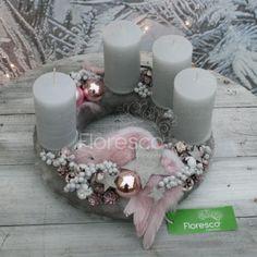 Christmas Wreaths, Christmas Decorations, Table Decorations, Christmas Ornaments, Christmas Inspiration, Pillar Candles, Centerpieces, Home Decor, Candle Arrangements