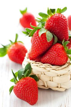 Strawberries are possibly the most irresistible and beautiful fruits. Everything about the strawberry be it color, texture or flavor is appealing which. Strawberry Farm, Strawberry Patch, Strawberry Plants, Strawberry Fields, Fruit And Veg, Fresh Fruit, The Tremeloes, Strawberry Health Benefits, Vegetable Pictures