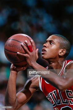 Fotografia de notícias : B.J. Armstrong of the Chicago Bulls shoots a foul...