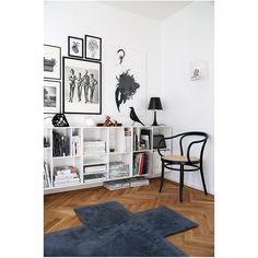 Hoy me gusta: Eames House Bird Monochrome Interior, Contemporary Interior, Diy Carpet, Modern Carpet, Hall Carpet, Cheap Carpet, Shelving Design, Open Shelving, Eames