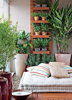 Futons deixam tudo mais confortável e jardins verticais resolvem a limitação de espaço.