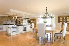 This kitchen is pretty swanky!