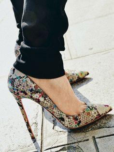 """""""So Shoes"""", c'est la nouvelle bible des accros aux chaussures. Réalisé par deux pros de la mode, la photographe Frédérique Veysset et la......"""